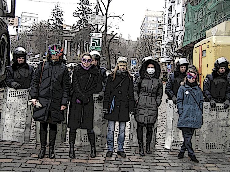 Супрацоўніцы музэю надзелі маскі на знак нязгоды з законамі 16 студзеня. Кіеў, 2014