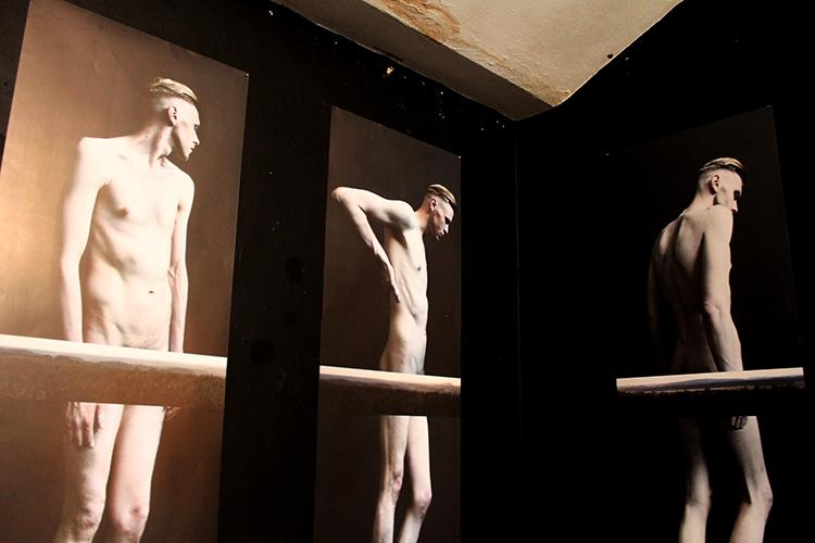 Фрагмент серыі Дзіны Даніловіч «Блізкасць» / выстава «Anatomia. Ідэальнае цела», Менск 2015