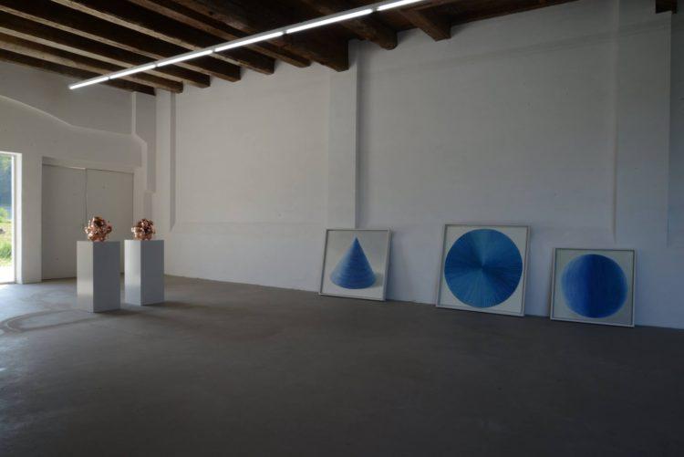 Аліна Куніцына. Kleine Sehensucht / Small Desire (2016), 15 cm x 15 cm x 15 cm, Holz, Poliment, 23 ct Blattgold. Wandel-Haus / Flux-Home (2016), 120 cm x 130 cm, Tusche auf Papier