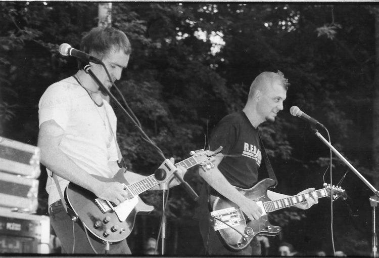 Pit Paulau and Lavon Volski. Volnyja tancy festival (BMA), Maladzečna, 1999. Photo by Ingo Petz